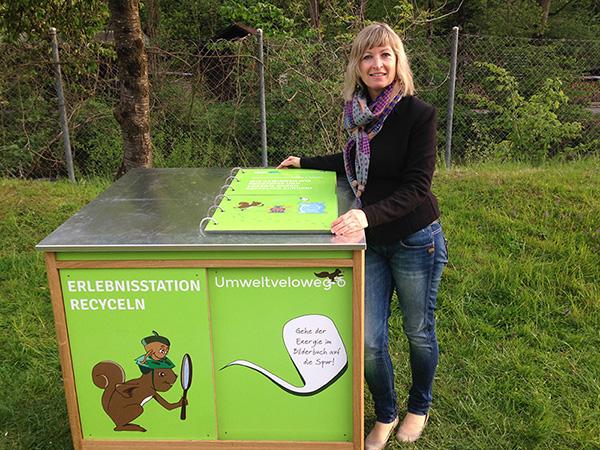 Simone Hochstrasser, Gründerin des Vereins Umweltweltvelowege Schweiz, vor der ersten Erlebnisstation