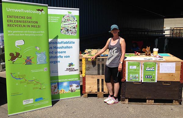 Simone Hochstrasser am Info-Stand des Umweltveloweges